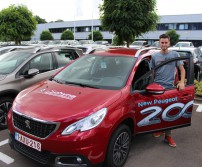 Laurent Thirion avec la peugeot 2008 du garage Sch